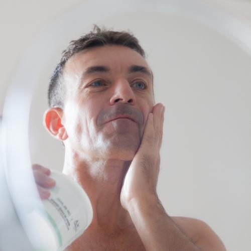 Homme qui utilise le beurre de karité en après-rasage